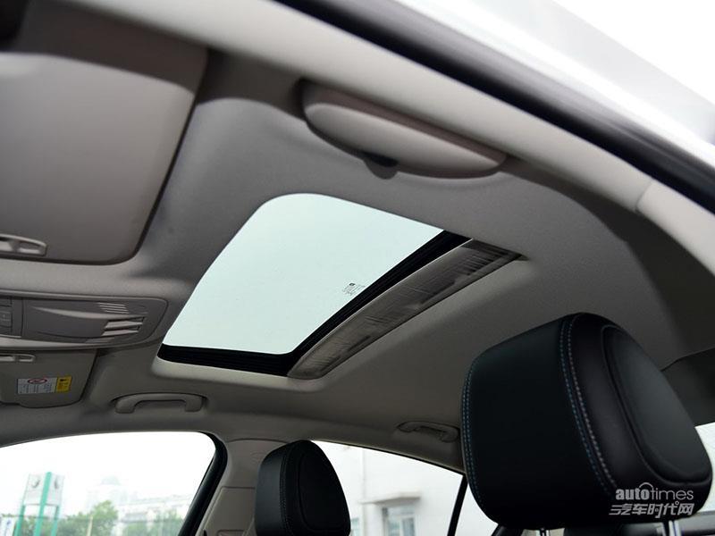 科鲁兹使用了织物材料覆盖了中控台和车门内饰板