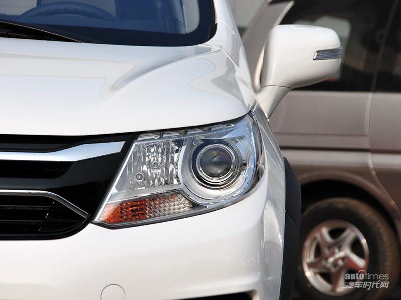 """景逸X3配有3H安全结构车身,它好比蛋壳,是车上人员安全的有力依靠。何谓3H车身,就是在单体式车架的基础上针对车架几何形状进一步改进。该结构分别在两侧车门框架和车顶部位加置一层加强筋,形似三个字母""""H"""",这样的设计能保证在车辆发动机前仓和其它部位变形后乘员仓室空间减少变形的可能,以最大程度保护车内乘员的一种""""以人为本""""的人性化安全设计。另外,3H高钢性车身具有一次性冲压成型的特点,并在局部钢板厚度、塑性变形效果、吸收冲撞能力和乘客舱要求的硬度指标上都具备明显"""