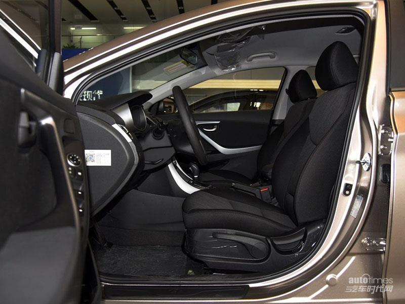 内饰方面,新款朗动与老款车型相比并没有变化,中控台采用一体式设计